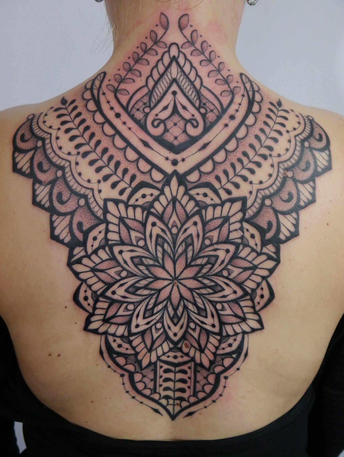 Ornamentowy na plecach w formie mandali