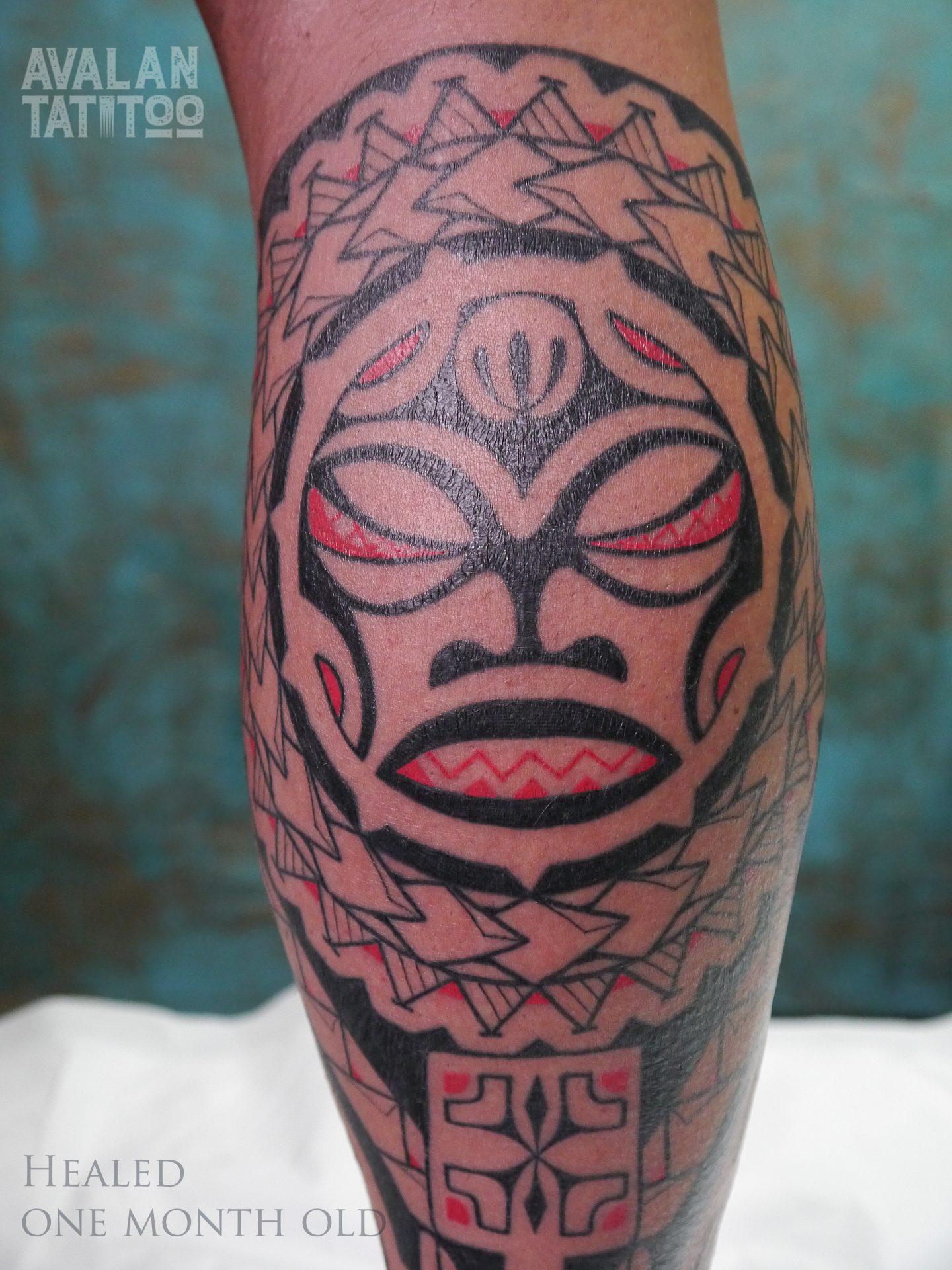 Tatuaż na łydce - polinezja z dodatkiem koloru