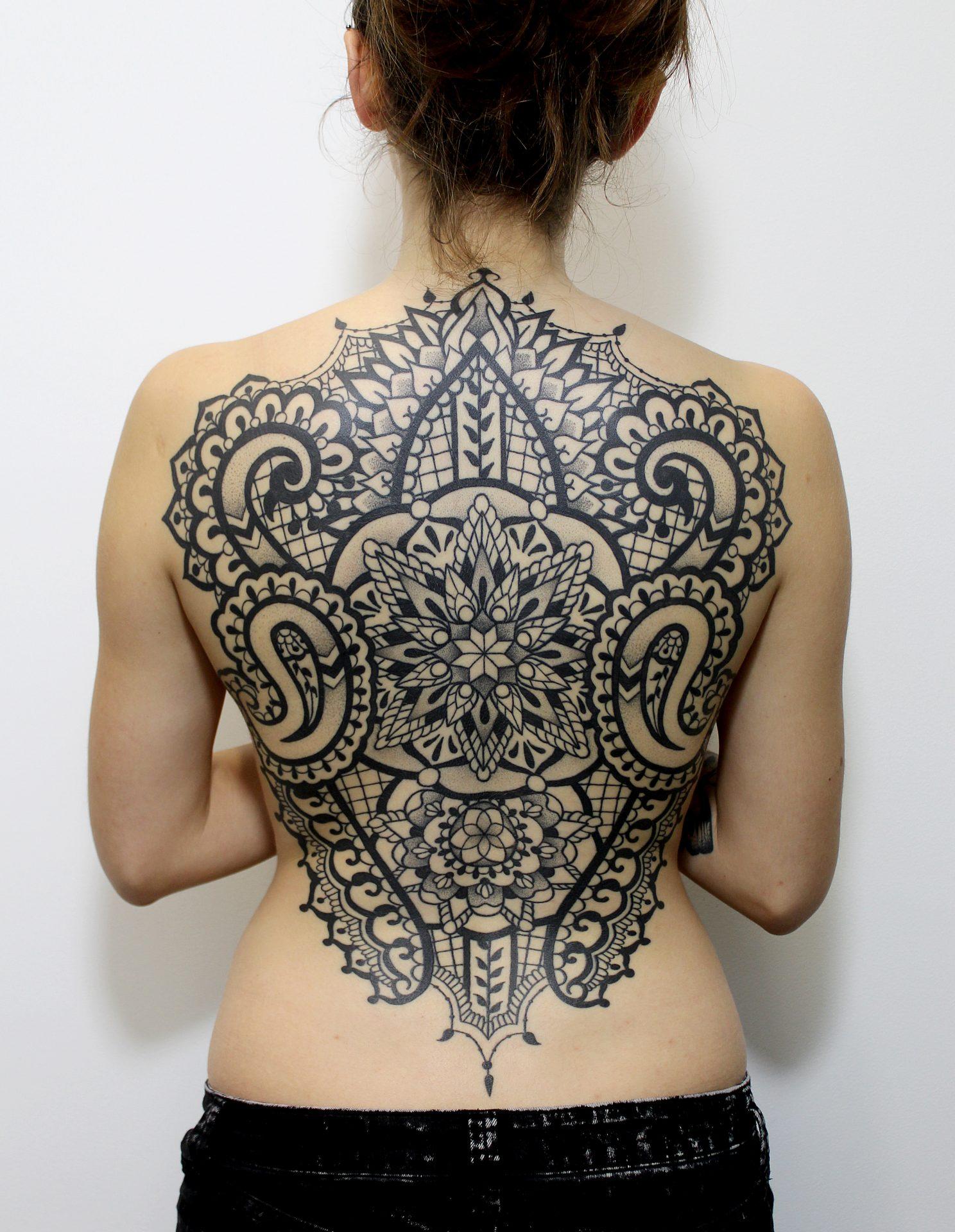 Tatuaz ornamentowy na plecach, który wykonała Avalan Tattoo Agniedzka Kulińska w Krakowie